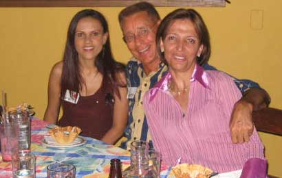 Find a wife in Medellin just like this client, who is accompanied by two beautiful ladies.